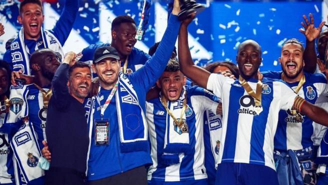 El exguardameta levanta el trofeo junto a Danilo.