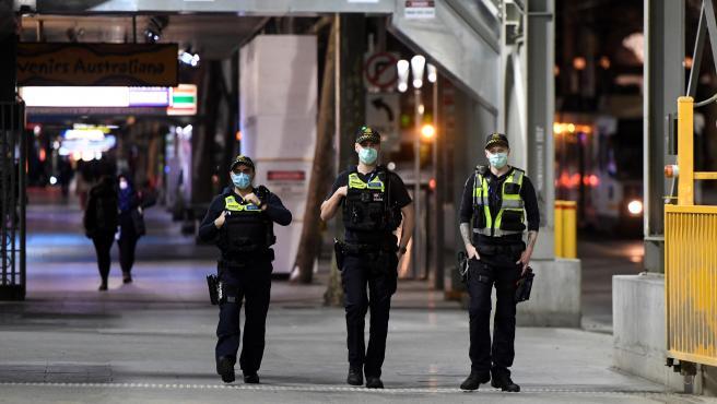 Una patrulla vigila en Melbourne que se cumpla el toque de queda nocturno.