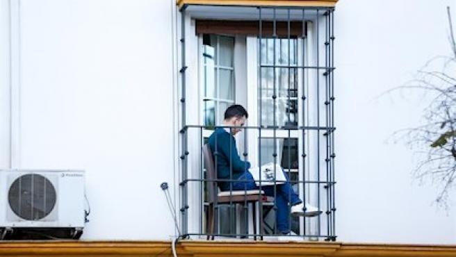 Imagen de archivo de un ciudadano en su balcón durante el confinamiento.
