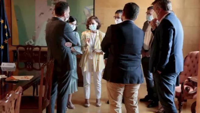 La vicepresidenta primera del Gobierno, Carmen Calvo, en el centro, antes de reunirse con una delegación de Ciudadanos.