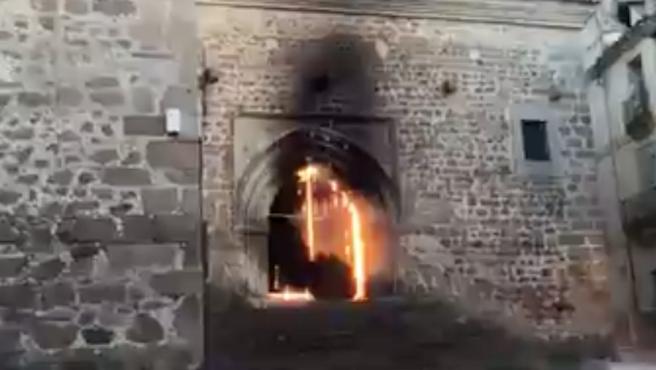 Un incendio en una iglesia del siglo XIII de Plasencia provoca daños en la puerta y el artesonado del interior
