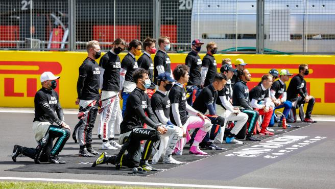 Los pilotos antes del GP de Gran Bretaña durante la ceremonia contra el racismo.