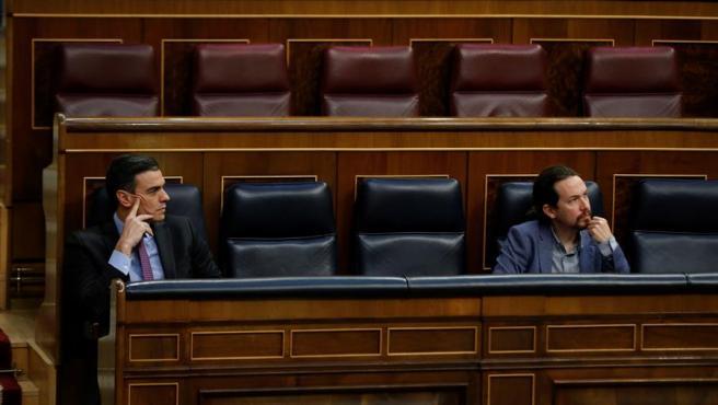 """Este lunes por la tarde, un comunicado de la Casa Real en el que el rey emérito anunciaba su salida de España ante la repercusión pública de """"ciertos acontecimientos pasados"""", pillaba por sorpresa a algunos miembros del Gobierno que ya han ido expresando sus reacciones sobre lo que muchos han calificado de """"huida"""" para evadir a la justicia.  Desde la Moncloa, el Gobierno lanzó un escrito reconociendo su respeto al anuncio de Juan Carlos y el """"sentido de la ejemplaridad y transparencia que siempre han guiado"""" a su hijo y actual Jefe del Estado, el rey Felipe VI. Unas declaraciones con las que no han coincidido ciertos miembros del Gobierno y que ponen de manifiesto, una vez más, las discrepancias que existen entre los partidos que lo conforman, respecto a ciertos temas, e incluso la falta de comunicación entre ambos.  Lo cierto es que todavía existe cierto misterio en torno a la marcha y destino del rey emérito y hasta qué punto el Gobierno tenía conocimiento de su decisión, que, de haberla tomada conjuntamente con el Ejecutivo, habría sido de forma unilateral, por el PSOE.  Un comunicado remitido en nombre del grupo parlamentario Unidas Podemos-En Comú Podem-Galicia en Común, reunía el desacuerdo que todos sus miembros comparten y que han ido expresando desde que se hiciera público el anuncio. Lejos de pedir su """"respeto"""" como hizo la Zarzuela en el único escrito remitido hasta el momento, la formación morada se sitúa en una posición alejada con el PSOE y pide """"justicia"""" ante lo que opinan es un un abuso de la """"inviolabilidad""""."""