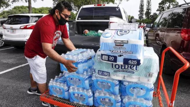 Un hombre se prepara para el huracán en Florida