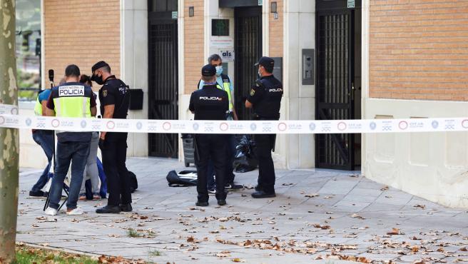La Policía se traslada hasta el portal en el que ha sido asesinado un médico de 68 años