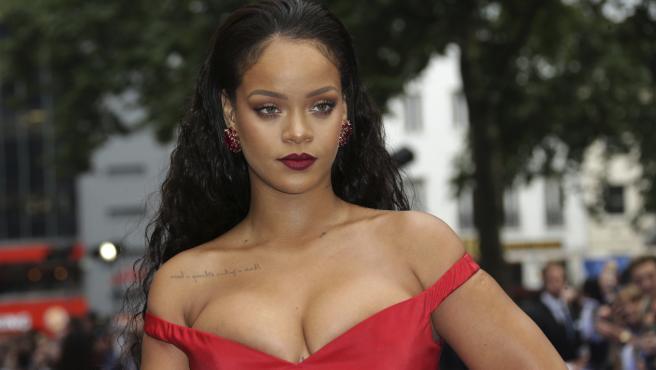 La cantante Rihanna presenta su línea de cuidado facial.