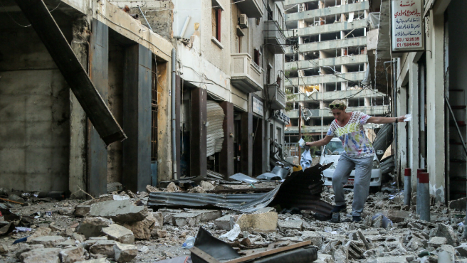 Una mujer camina entre los escombros en una zona de Beirut cercana al puerto, donde se produjo la gran explosión.