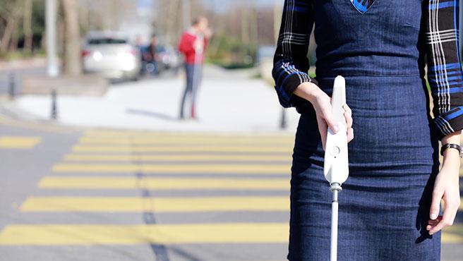 WeWALK proporciona una navegación amigable para ciegos