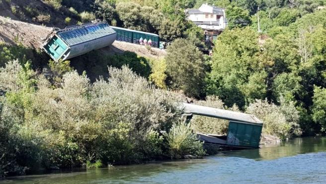 Foto de los vagones descarrilados en las inmediaciones del Sil remitida por Galicia en Común