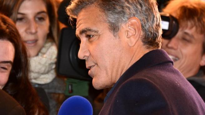 "George Clooney en París en el estreno francés de ""The Monuments men"" Foto Georges Biard Wikimedia Commons"