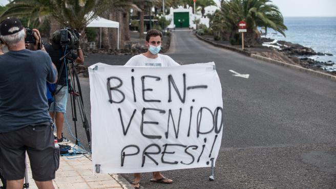 Turistas y curiosos esperan la llegada del presidente del Gobierno, Pedro Sánchez