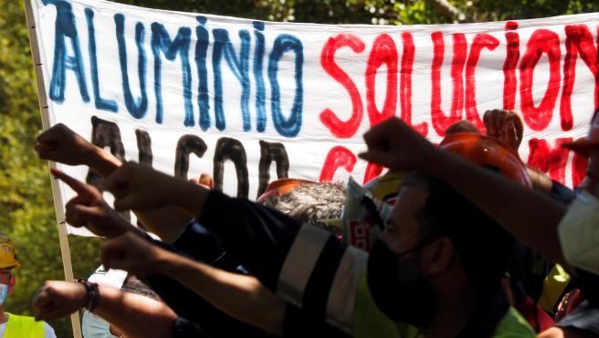 Trabajadores de Alcoa este martes en Lugo, donde representantes se reúnen con la dirección de la multinacional del aluminio y esta vez con dos cuestiones sobre la mesa, la oferta de aplazar el cierre y el interés de Liberty House en la adquisición de la planta gallega.