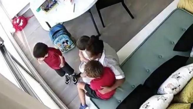 Fotograma del vídeo en el que los niños y su cuidadora son arrastrados por la explosión de Beirut.
