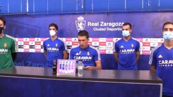Los jugadores del Real Zaragoza leen el comunicado de la plantilla.