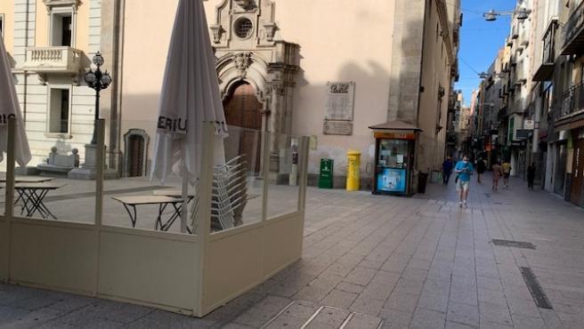 Terraza de un bar cerrado en la Plaça de Sant Francesc de Lleida (archivo)
