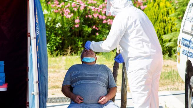 Un sanitario efectúa una prueba PCR a un hombre en Aranda de Duero