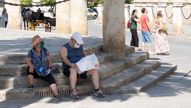 Unos turistas en los alrededores de la Catedral
