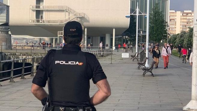 Agente de Policía Nacional en el Paseo Marítimo de Santander