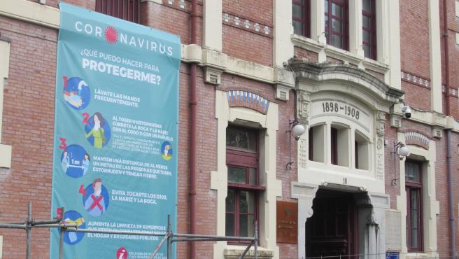 Cartel informativo sobre el coronavirus en la fachada del hospital de Basurto, en Bilbao