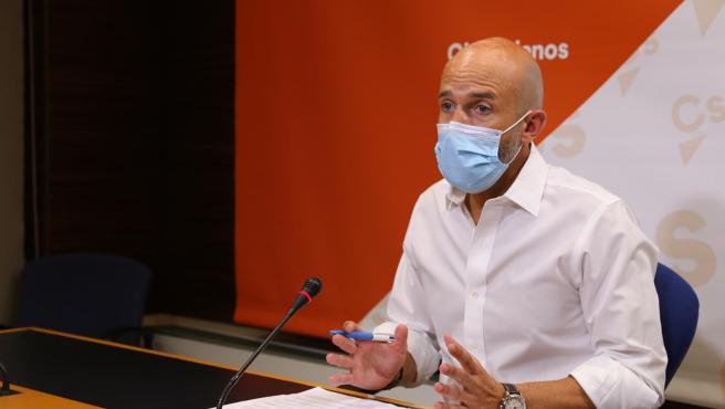 El diputdo de Cs Davis Muñoz Zapata en rueda de prensa.
