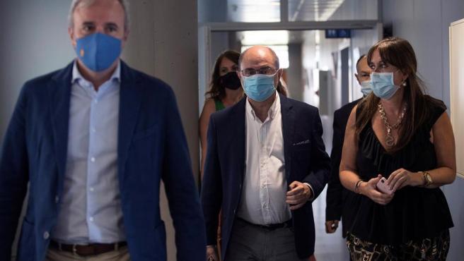 El presidente de Aragón, Javier Lambán; el alcalde de Zaragoza, Jorge Azcón; y la consejera autonómica de Sanidad, Sira Repollés, este viernes.