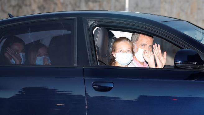 El rey Felipe VI (d), la reina Letizia (i), la princesa Leonor (2d) y la infanta Sofía (2i) a su llegada al Palacio de Marivent, en Palma de Mallorca, en el inicio de sus vacaciones veraniegas en Mallorca.