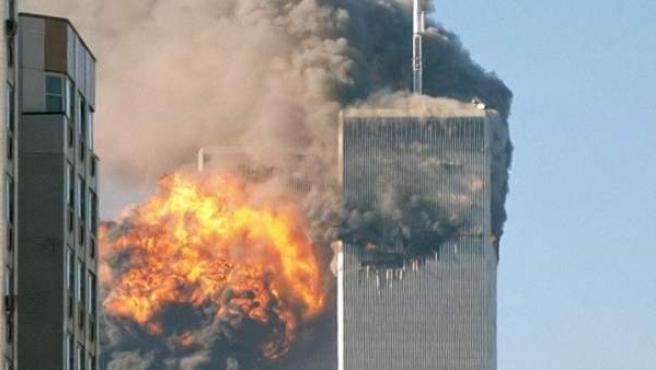 Momento del segundo impacto contra las Torres Gemelas, en Nueva York, en los atentados del 11 de septiembre de 2001.Robert / Flickr / Wikimedia Commons