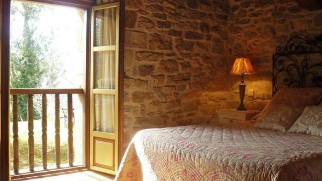 Vista interior de una habitación de hotel rural. Archivo