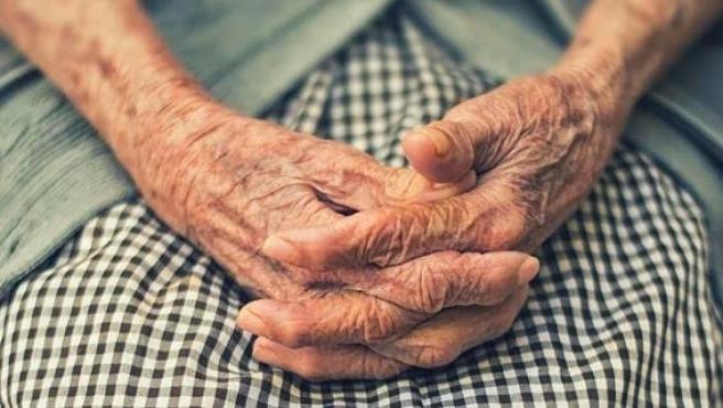 Las manos de una anciana en una imagen de archivo.