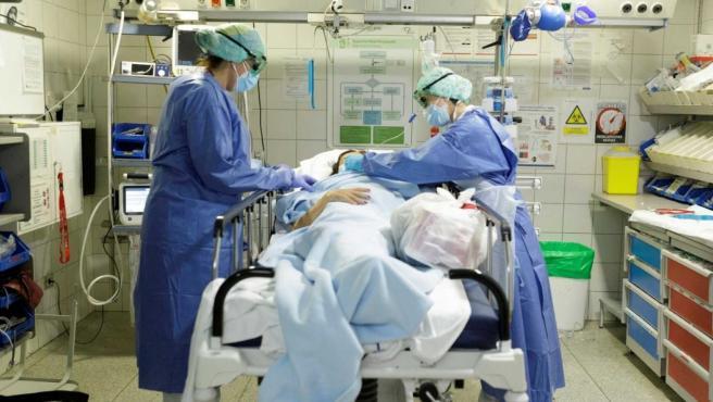 Personal de urgencias del Hospital Universitario de Canarias (HUC) atiende a una persona con síntomas por Covid-19.
