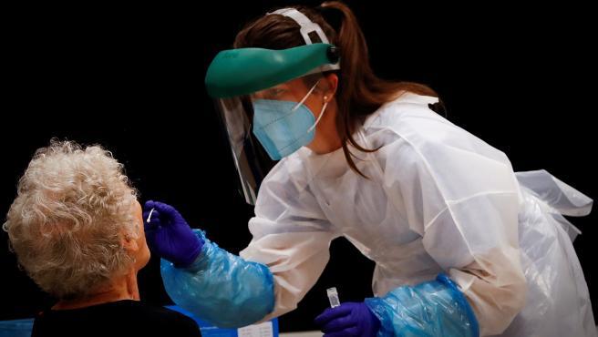 Una profesional sanitaria realiza pruebas PCR en el País Vasco.