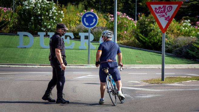 La Policía realiza controles a la salida de Aranda del Duero hacia Burgos, este viernes.