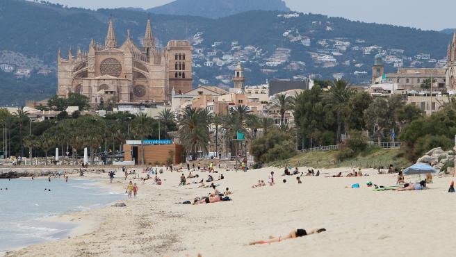 Bañistas en una playa de Palma durante el primer día de la Fase 2. En Palma de Mallorca, Baleares (España), a 25 de mayo de 2020.