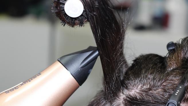 Dejar secar el cabello al aire es peor que si lo secamos con un secador.
