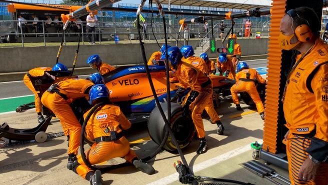 Carlos Sainz, en boxes en el GP 70º Aniversario