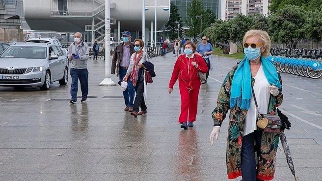 Gente paseando en Santander con mascarilla en una imagen de archivo.