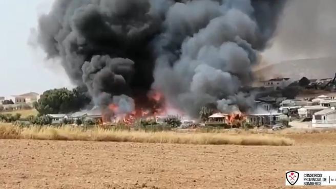 Una densa humareda en el incendio declarado en el camping de Mollina, en Málaga.