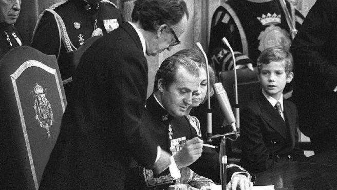 Juan Carlos I firma ante las Cortes Generales la Constitución.