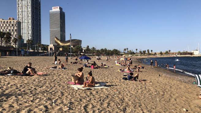 Bañistas toman el sol en la playa del Somorrostro, en Barcelona, el viernes 7 de agosto del 2020
