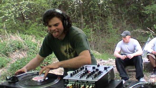 DJ ze soundystemu RSD Foto korytaacheck Wikimedia Commons