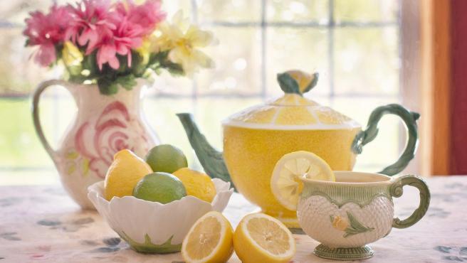 Si ves que está a punto de estropearse tienes una buena solución: exprímelo y después puedes congelarlo sin ningún problema y disfrutarlo la próxima vez acompañando al té o en forma de zumo.
