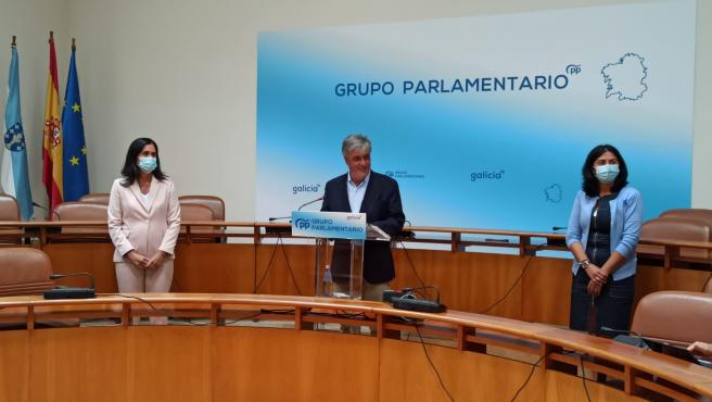 Paula Prado, Pedro Puy y Elena Candia en la reuda de prensa del Grupo Parlamentario del PPdeG