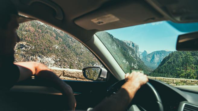 Sacar el codo por la ventanilla del coche puede ser peligroso.