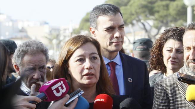 La presidenta del Govern, Francina Armengol, junto al presidente del Gobierno, Pedro Sánchez, durante su visita por los destrozos de la borrasca 'Gloria' en enero.