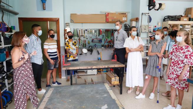 Los reyes y sus hijas han conocido la actividad que se desarrolla en el centro socioeducativo Naüm.