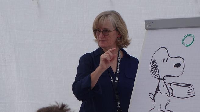 """Vicki Scott en el taller """"Dibuja una figura de maní"""" en la Comiciade 2018. Foto Norbert Kirchhoff Wikimedia Commons"""