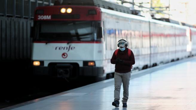 Un hombre espera en un andén de la estación Príncipe Pío de Cercanías, en Madrid (España) a 18 de mayo de 2020.