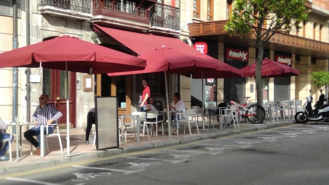 Gente sentada en terrazas de Oviedo durante la Fase 2 de la Desescalada.