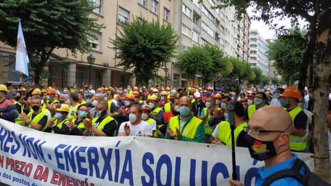 Protesta de trabajadores de Alcoa ante el Parlamento gallego el día de constitución de la Cámara