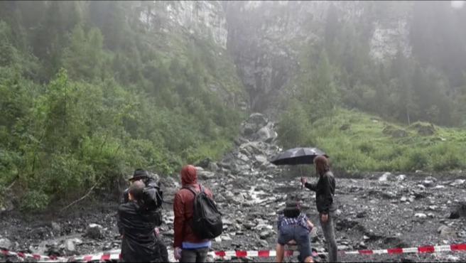Tres turistas españoles han fallecido y otro se encuentra desaparecido después de sufrir un accidente en el cantón de San Galo, en Suiza. El grupo estaba haciendo barranquismo en las gargantas de Parlitobel cuando fueron sorprendidos por una fuerte tormenta eléctrica, que, según las autoridades suizas, les arrastró. El miércoles, 12 de agosto, por la noche, se hallaron los cuerpos de los tres fallecidos. La búsqueda ha tenido que ser suspendida debido a las fuertes lluvias, pero la Policía apunta a que el cuarto desaparecido también ha muerto